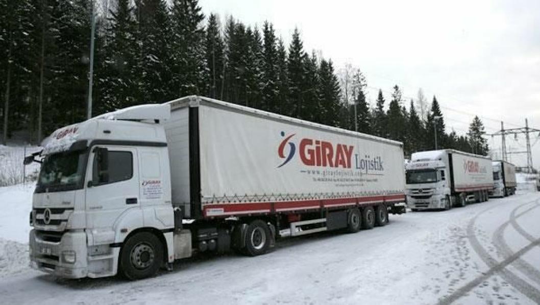 Disse tre tyrkiske vogntogene ble stående på Taraldrud i over en uke i vinter.