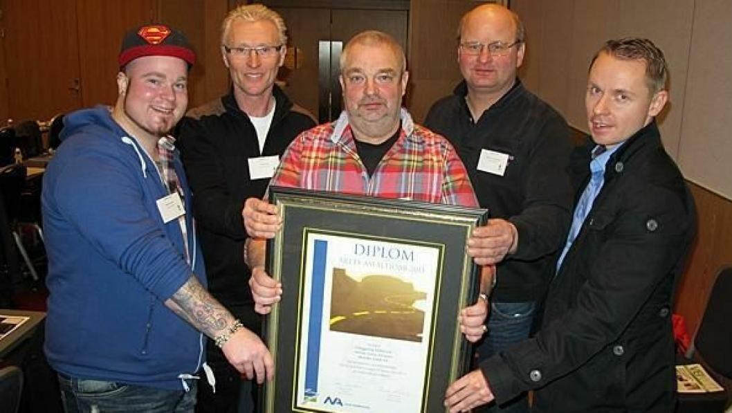 Vinnerlaget med prisen for «Årets asfaltjobb 2013». Fra v. Robert Eivisson, Tore Olsson, basen Tomas Eivisson, Lars Gunnar Mattsson og Eirik Tyrihjell. Ingemar Boström var ikke tilstede ved utdelingen.