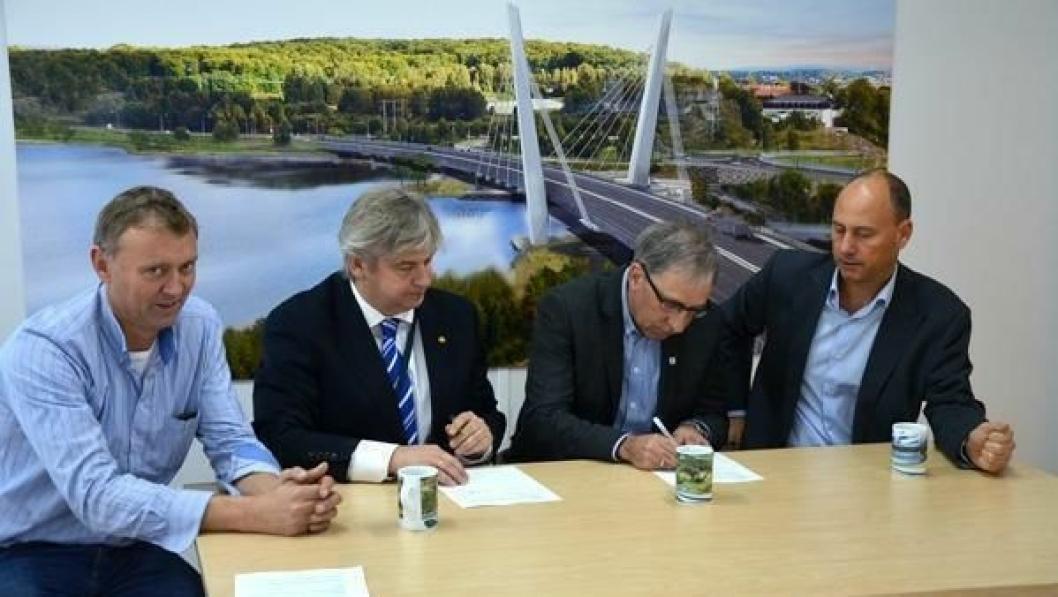 Kontrakten for bygging av Farrisbrua signert av Statens vegvesen og Bilfinger. Fra venstre: Prosjektleder Jørn Rinde og regionvegsjef Kjell Inge Davik, begge Statens vegvesen, og Audun Aaland og Anders Ivansson fra Bilfinger Construction Norge og Bilfinger Scandinavia.