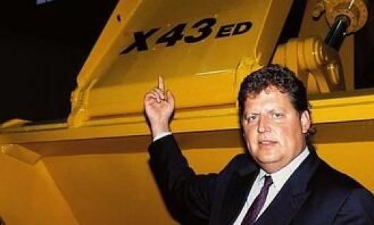 Jan-Olov Nilsson peker stolt på symbolet som indikerte at Brøyt i 1992 kom som hybrid med diesel/elektrisk drift. Etter Brown-sammenbruddet i juni 1990, gikk Nilsson inn på eiersiden.