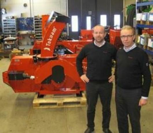 Daglig leder Finn Kristian Tokvam (t.h.) og fabrikksjef Morten Harald Lie er overbevist om at Tokvam AS vil lykkes like godt med det kommende plogprogrammet som sine snøfresere.