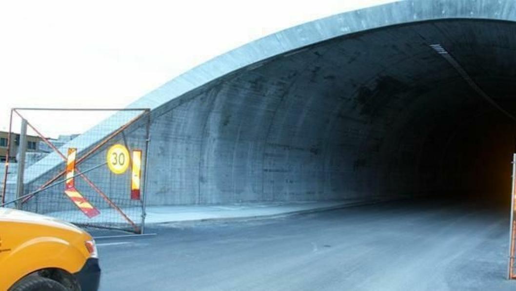 Elektroarbeidet er akkurat startet opp i tunnelen. Blant annet er kabelbruene i tunneltaket under montering.