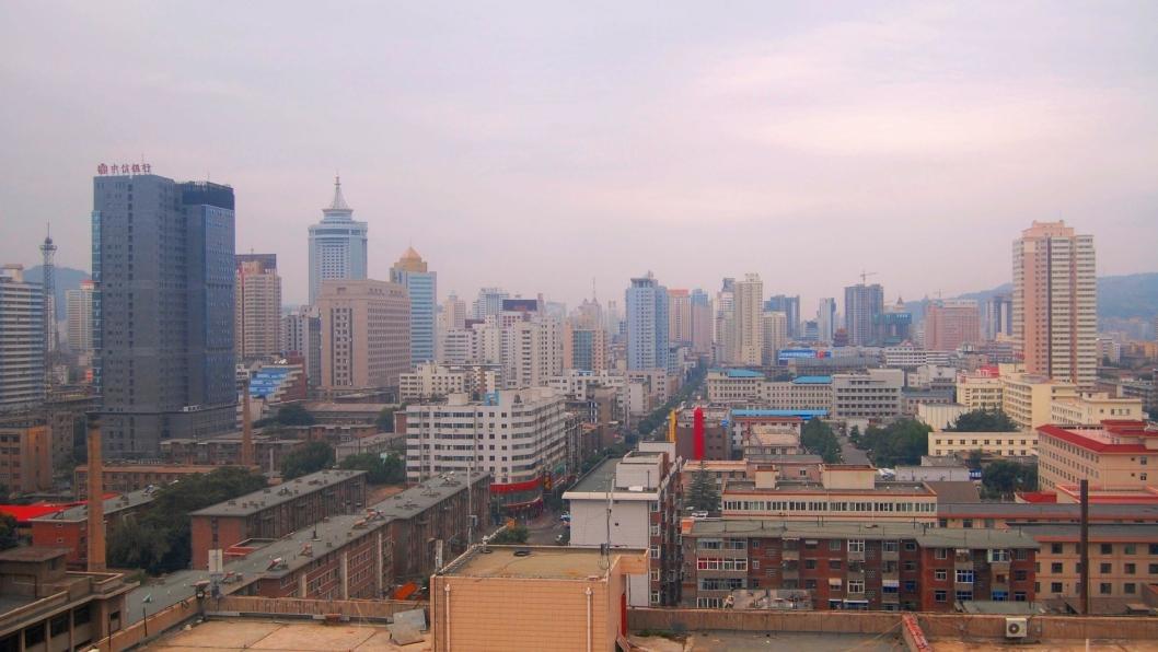 Det er i millionbyen Lanzhou, midt i Kina, de store utbyggingsplanene er klare. Nordøst for byen skal man i gang med å jevne 700 fjelltopper med jorden, ifølge den kinesiske avisen China Daily.