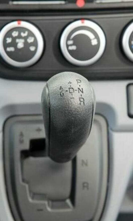 Girbetjeningen i Fuso Canter Duonic skjer ved hjelp av spak på dashbordet.
