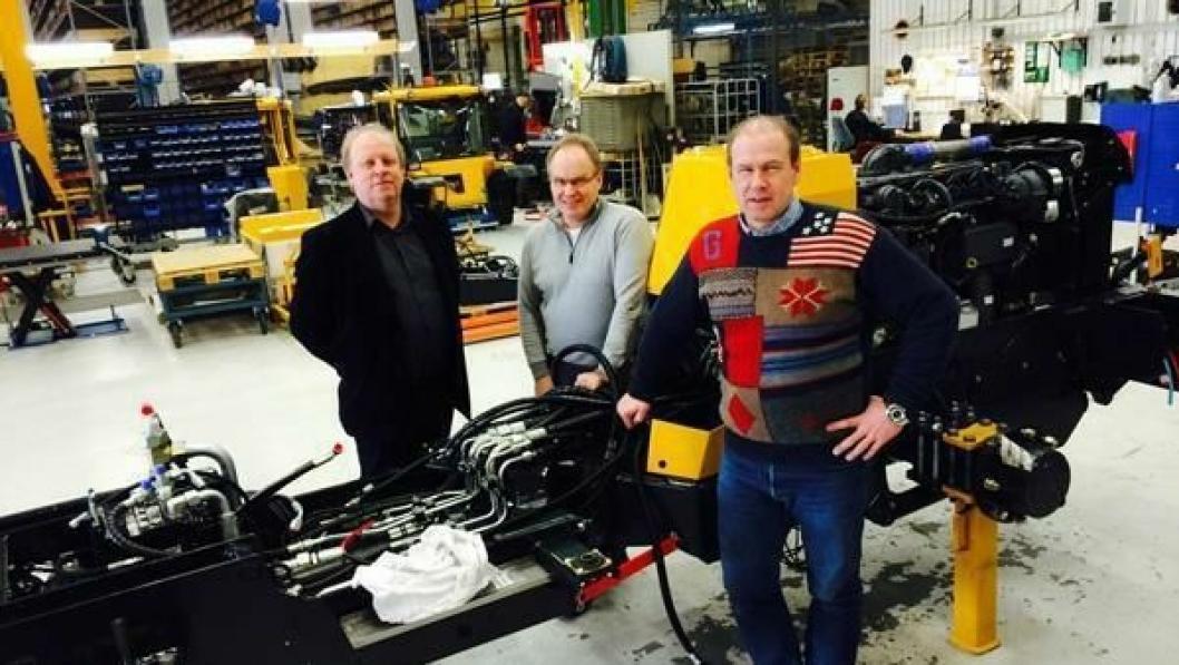 Lundberg-maskinen sendes neste uke fra fabrikken i Skellefteå i Sverige til Norge. Bak står hytta til maskinen. Fra venstre: Adm. direktør Max Kvickström, fabrikksjef Jörgen Lifbom (begge Lundberg) og Jarle Bjørløw (produktsjef Volvo Maskin AS).