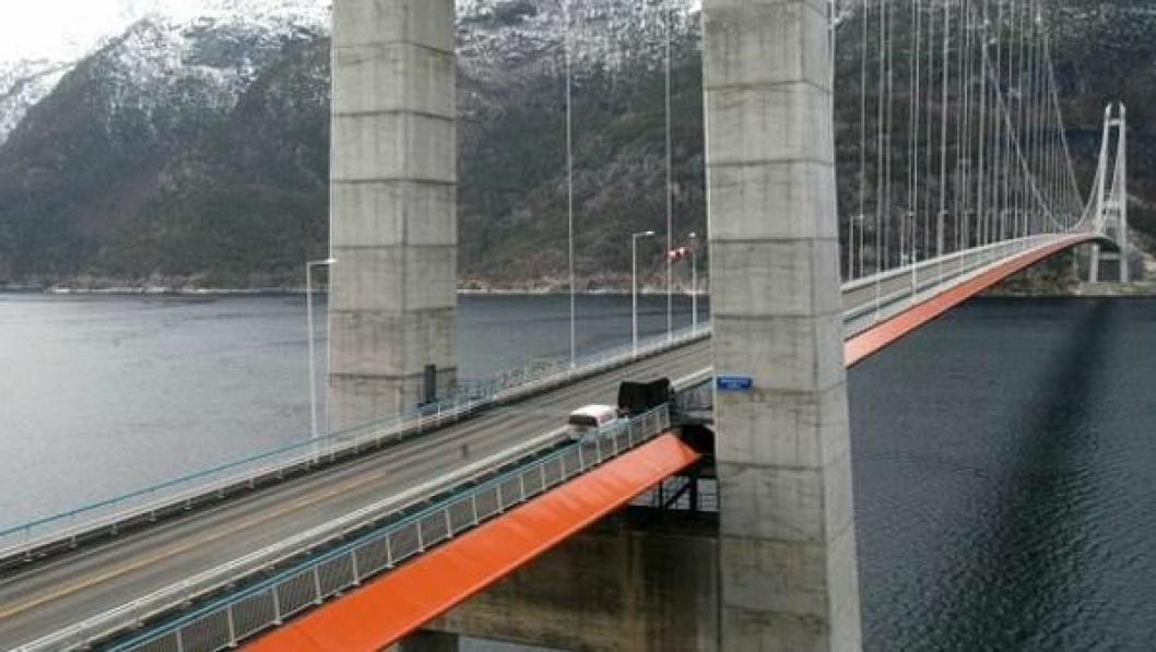 Den 35 meter lange vegbanen mellom tårn og portal på Bu (i forgrunnen) får nytt asfaltdekke. Det gjør også tilsvarende sidspenn på motsatt side av Hardangerbrua.