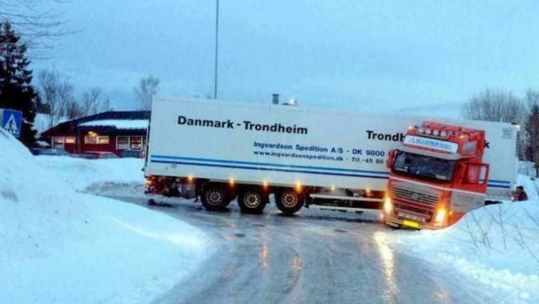 Trekkbil med semitrailer endte i grøfta like ved Statoils hovedkontor i Harstad.