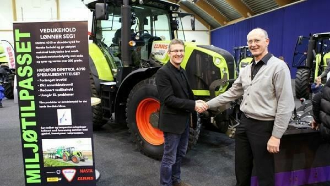 Jan Inge Håland (t.v.) i Corrosafe AS har inngått avtale med Lantmännen Maskin om å sørge for at nye Claas-traktorer blir antirustbehandlet med Dinitrol. Til høyre: Erik Bakke, servicesjef på traktor i Lantmännen Maskin AS.
