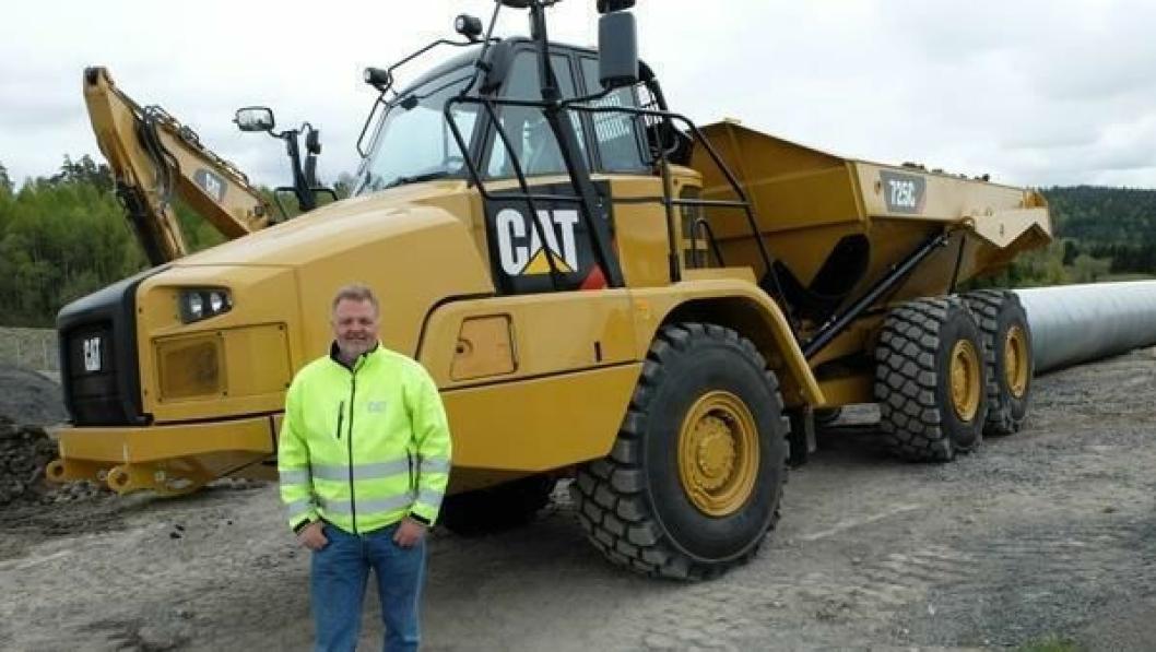 Jon Granlund, Pon Equipment, mønstrer den nye Cat 745C-dumperen.
