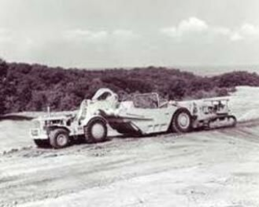 GAMMEL: Dette er en langt eldre modell, en Cat 666 som får dyttehjelp av en Cat D9 TTT-dozer.