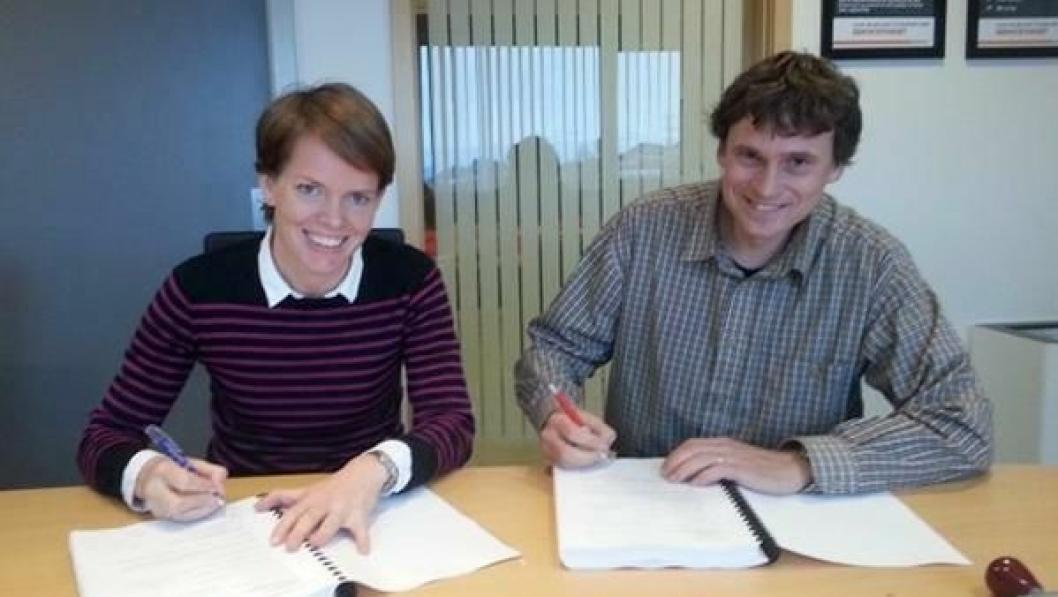 Prosjektleder Marianne Nærø og Laurent Lacavalerie, driftssjef i Christie & Opsahl AS undertegner kontrakt.