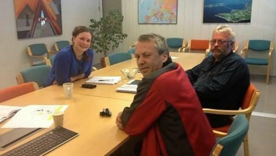 Her blir det skrevet kontrakt. Fra venstre Mari Sagbakken fra Statens vegvesen, Odd Einar Kne og Bjørn Aakre, begge fra Odd Einar Kne AS.