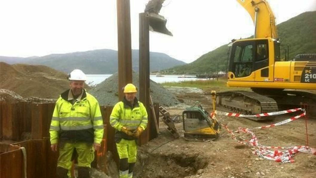 Det er Karstein Kristiansen Entreprenør AS som bygger. På bildet er formann Geir Lyngra og kranfører Rune Søreng.