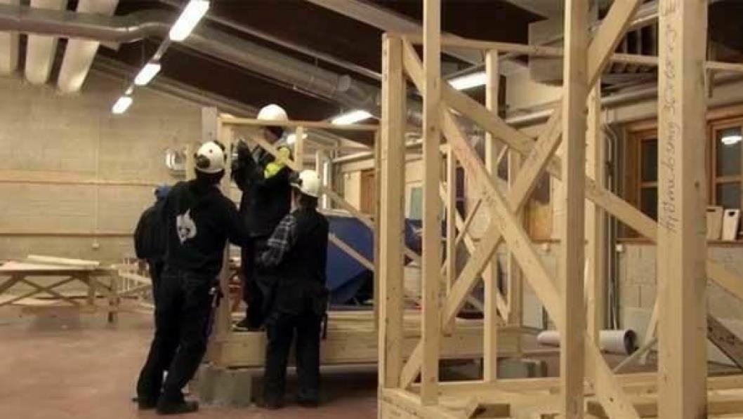 Bilde fra en informasjonsfilm om studeretningen bygg og anleggsteknikk.
