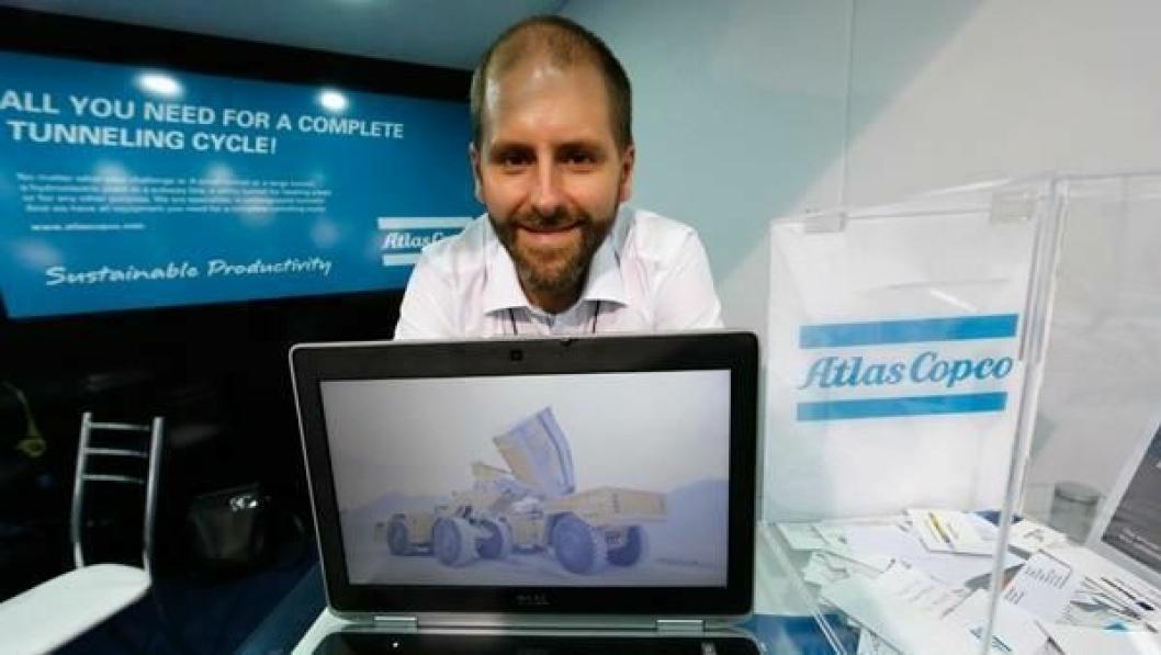 Patrik Johansson på standen til Atlas Copco på konferansen World Tunnel Congress i Brasil.