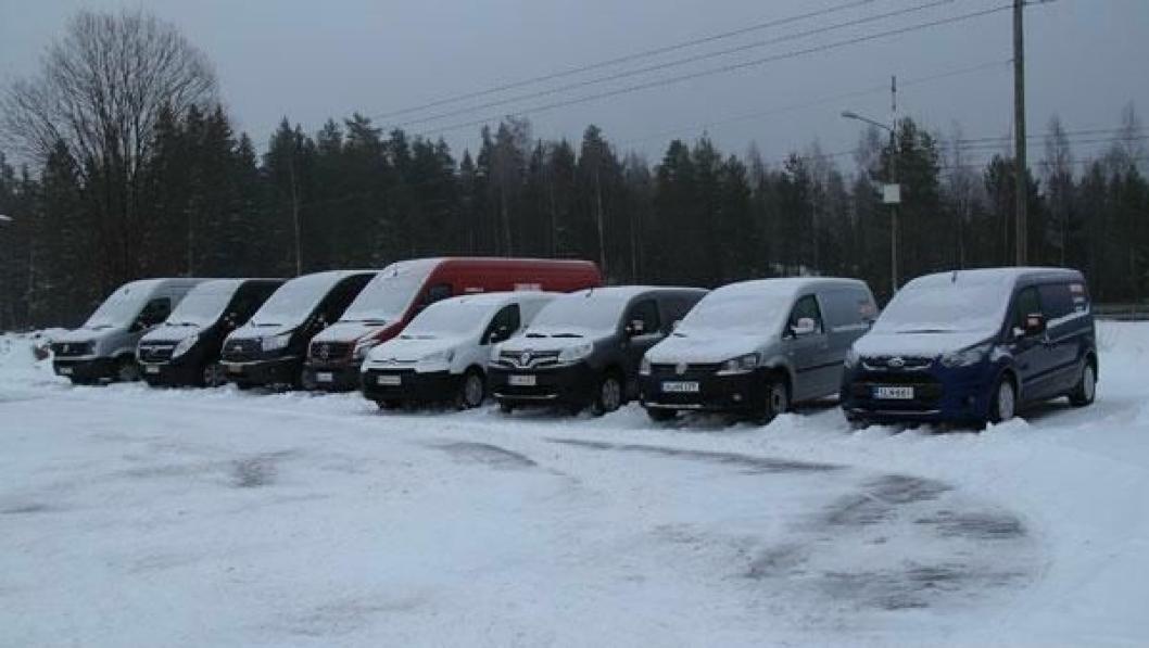 Åtte lettere nedsnødde og morgenkalde varebiler før ferden startet på vinterlige finske småveier.