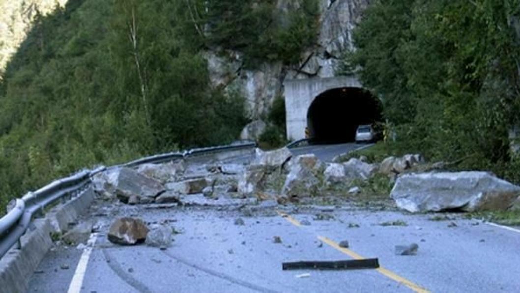 24. august 2008 gikk det et stort steinras ved Midtbekktunnelen i Oppdølsstranda.