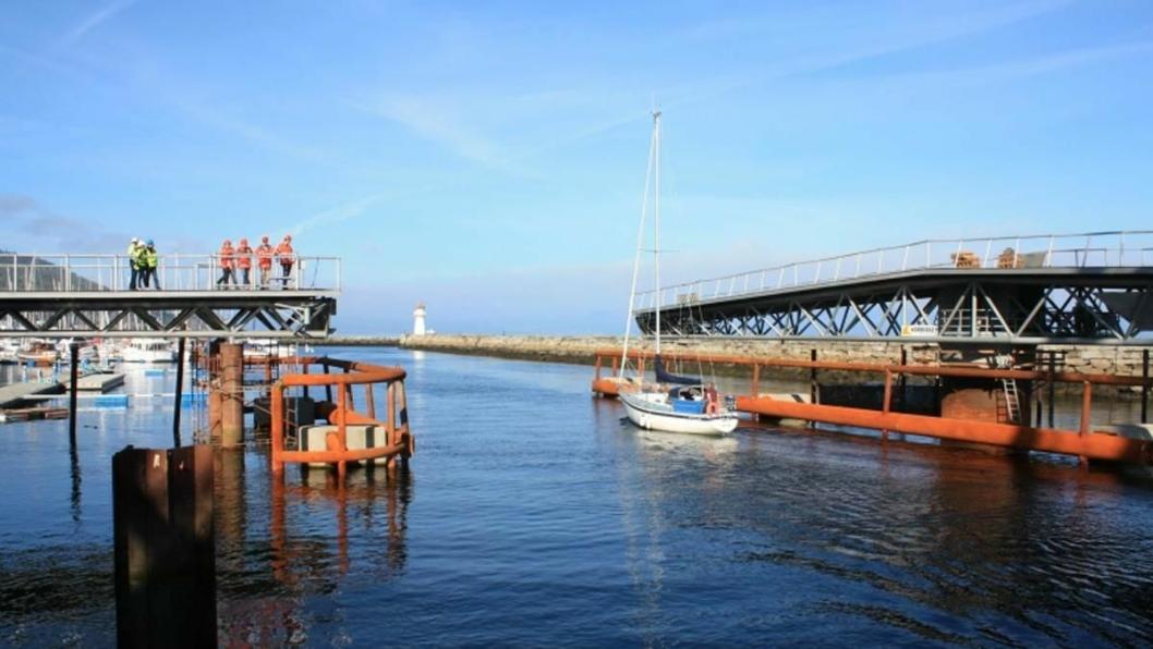 Svingbrua skal åpnes for båter i kanalen ca. 1500 ganger i året. Vegtrafikksentralen styrer brua, og samarbeider med Jernbaneverket som åpner sin bru samtidig.
