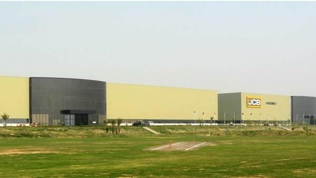 Som seg hør og bør er det en cricketbane ved fabrikkområdet i India.