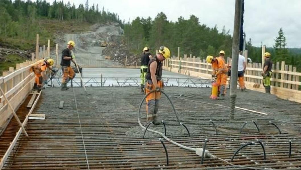 Her støper de brudekket på Dorobrua på E39 i Orkdal kommune. Den er en del av vegprosjektet E39 Harangen-Høgkjølen. Det tok nesten et døgn å støpe brudekket på 700 kubikk betong.
