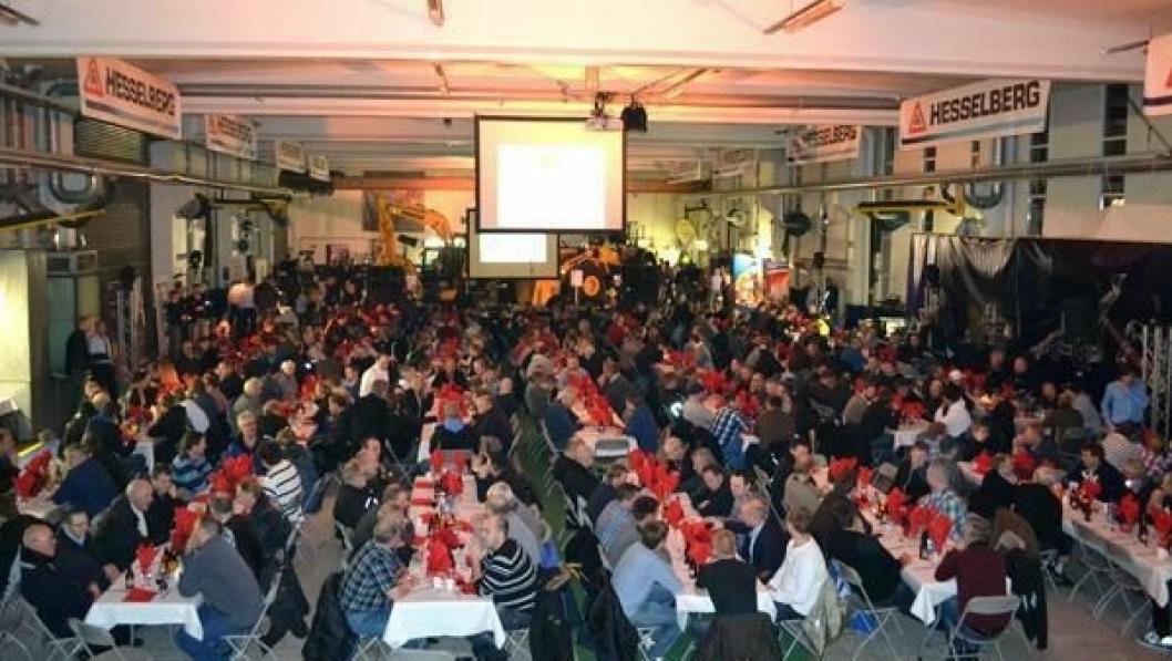 Mer enn 400 gjester kom til Hesselberg Maskins kundejulebord i verkstedhallen på Økern. Årets arrangement var torsdag 28. november.