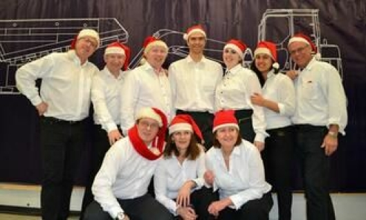 På grunn av mange deltakere leide Hesselberg Maskin hjelp fra Østerdølenes musikkorps i Oslo. De underholdt med julemusikk mens kundene fikk servert gløgg ved ankomst. Senere hjalp Østerdølen-musikerne til med servering og rydding.