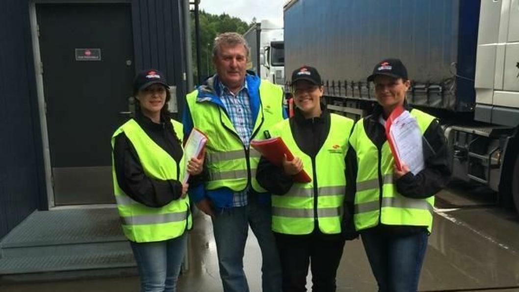 Njoniza Haziri (t.v.), Jan Jacobsen, Ida Kristiansen og Miriam Sommerseth fra Yrkestrafikkforbundet samlet inn svar fra tungbilsjåfører på Svinesund.