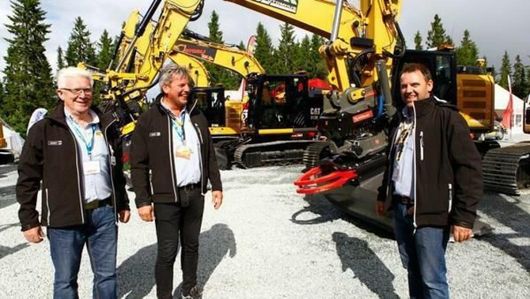 Salgssjefene Helge Opheim (t.v.) og Stig Kjetil Haugsvær, og markedsdirektør Espen Paulseth i Pon Equipment AS er fornøyd med salget så langt i år. Bildet fra Mefa 2014 i Granåsen.