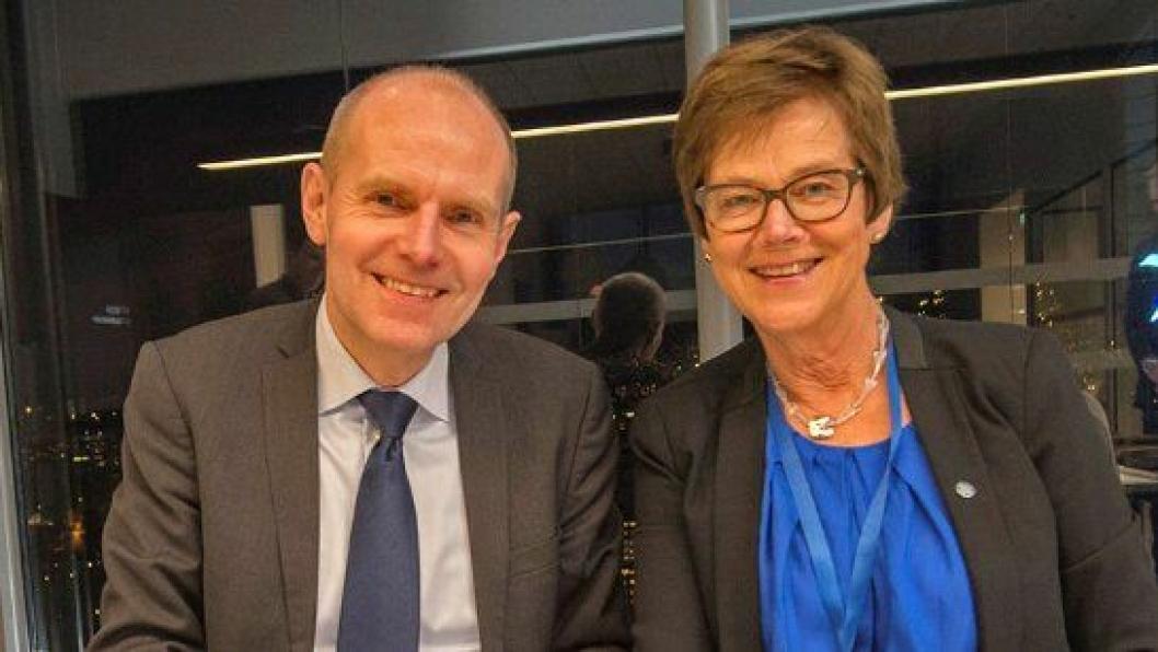 Gorm Frimannslund og Elisabeth Enger signerer den historiske avtalen som gir forutsigbarhet for jernbanens drift og vedlikehold i fire år framover.