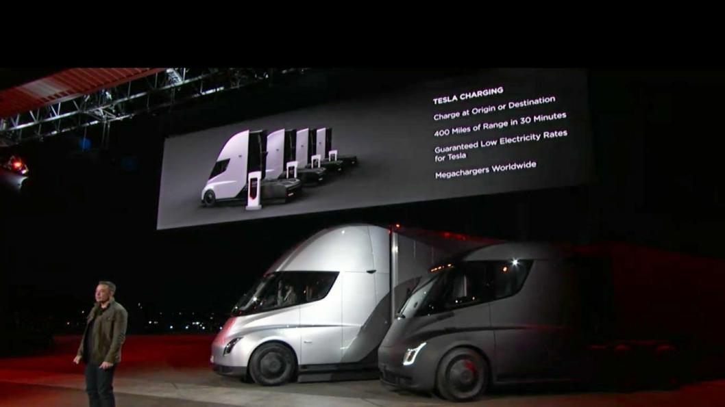 Elon Musk (på bildet) viste Teslas lastebiler for første gang i 2017.
