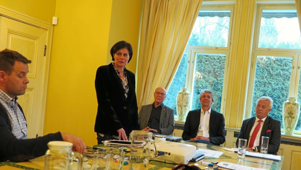 I AMBASSADEN: Josèphine Sconsa og de tre innlederne Ivar Christensen, Trond Hovland og Kjetil Tonning foran spørsmålsrunden.
