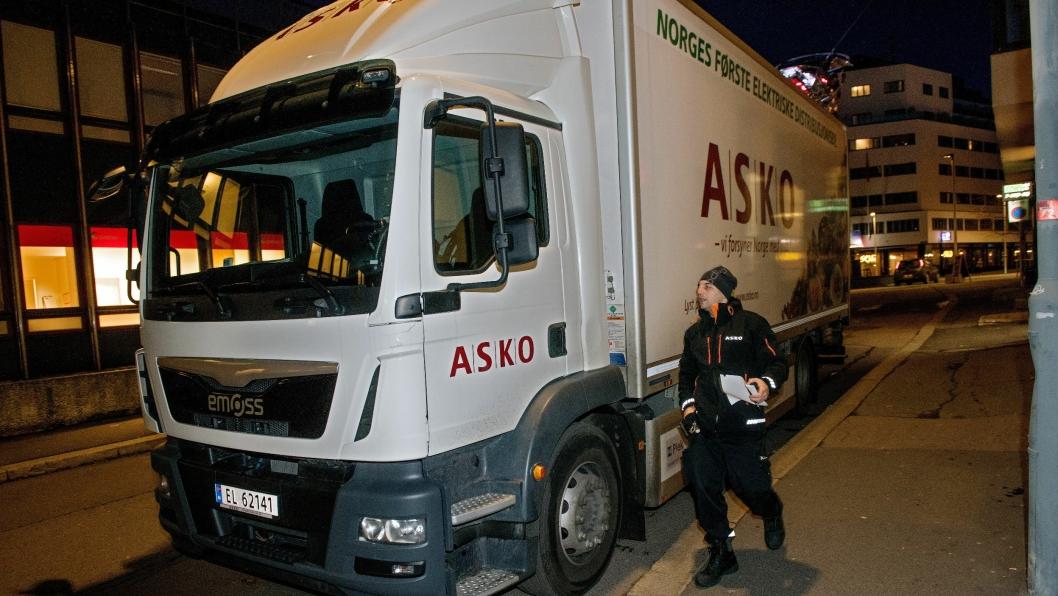 ASKO har Norges første helelektriske lastebil. Emoss fra Nederland har levert bilen som går på distribusjon i Oslo. Sjåfør Ioannis Soumpasis liker å være med og høste erfaringer med en helt ny teknologi for transport-Norge.