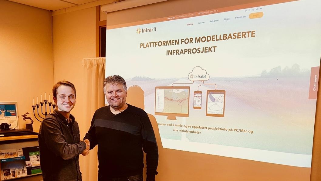 SIGNERT AVTALE: Anders Tiltnes (til venstre) i Infrakit Norge og Even Sjøli har signert avtalen som sikrer MjøsPlan AS forhandlerstatus av Infrakit i Hedmark, Oppland og Buskerud.