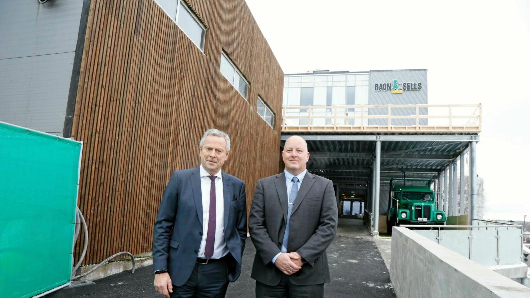 ÅPNING: Adm. direktør Bjørn Hoel (t.v.) og regionssjef Øst Raymond Borgersen foran hovedinngangen til det nye bygget på Lørenskog.