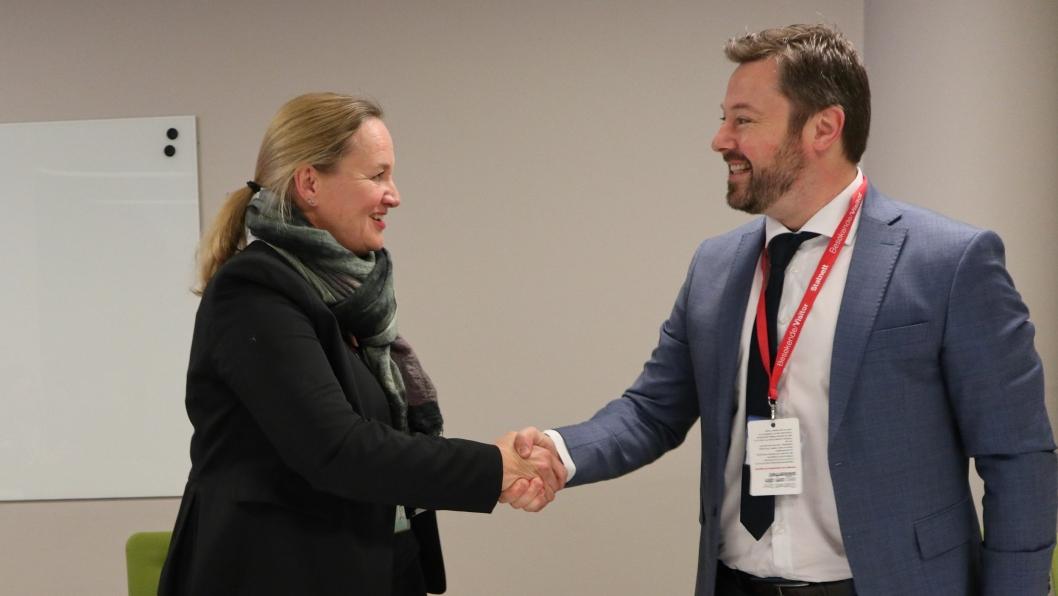 Konserndirektør i Statnett, Elisabeth Vike Vardheim, og Espen Bostadløkken fra GE Power i Norge, etter at kontrakten var signert.