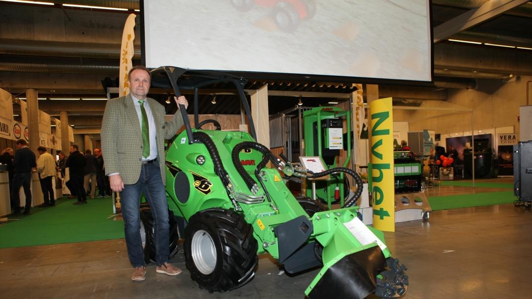 Markku Kahari, salgsleder i Avant Tecno Oy, med nye Avant e6 med stubbefres. Fresen er utstyrt med 20 utskiftbare tenner med tre ulike kuttelengder.