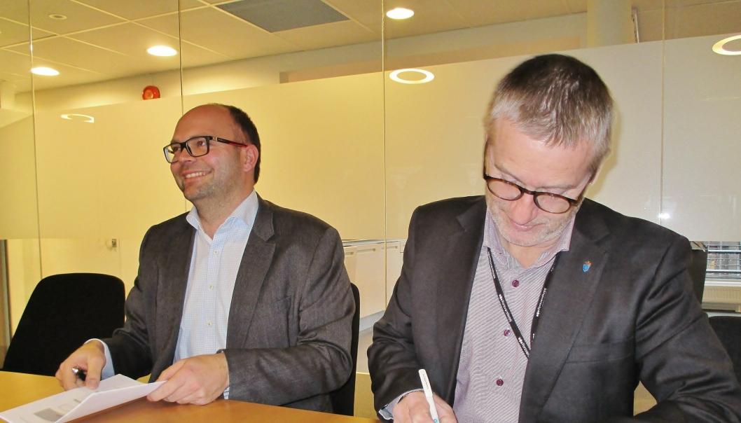 Signering med Ivar Galaaen for AF Gruppen og Thorbjørn Thoresen, direktør i Forsvarsbygg.