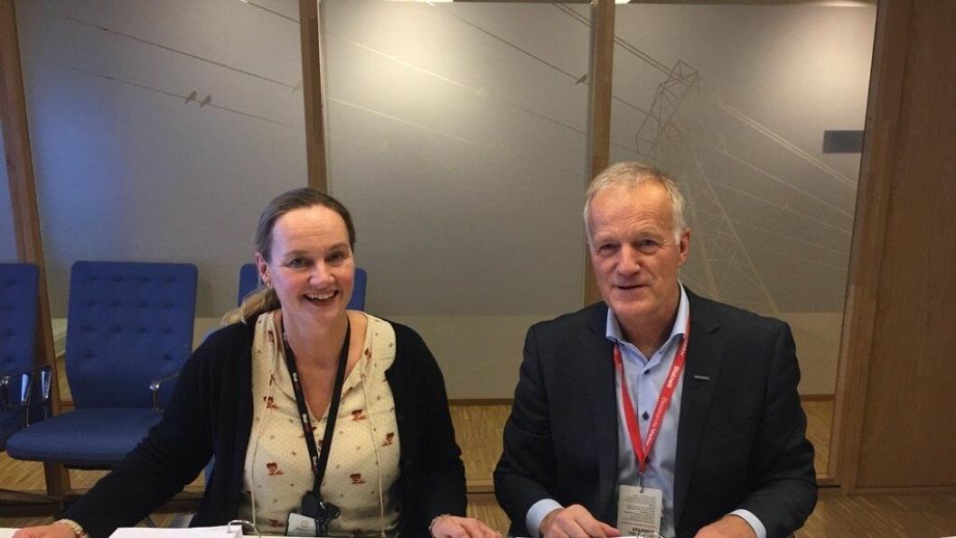 Elisabeth Vike Vardheim, konserndirektør i Statnett og Tore Voster, markedssjef i Stangeland Maskin signerte kontrakten i Oslo onsdag 6. desember.
