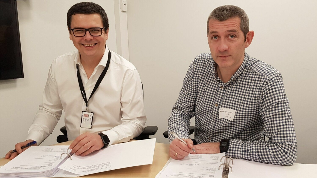 Fra venstre: Birger Steffensen (økonomi og styringssjef for Bane Nor) og Svein Tore Haraldseid (leder for Omega PS) signerte kontrakten.