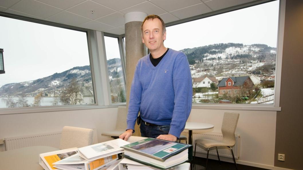 Sveinung Brude i Statens vegvesen med de innkomne tilbudene.