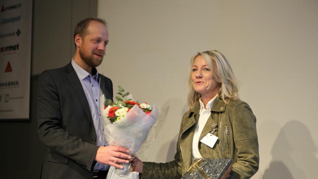 En rørt Heidi Berg mottok Gullfeiselen 2017 av styreleder i NFF, Øyvind Engelstad.