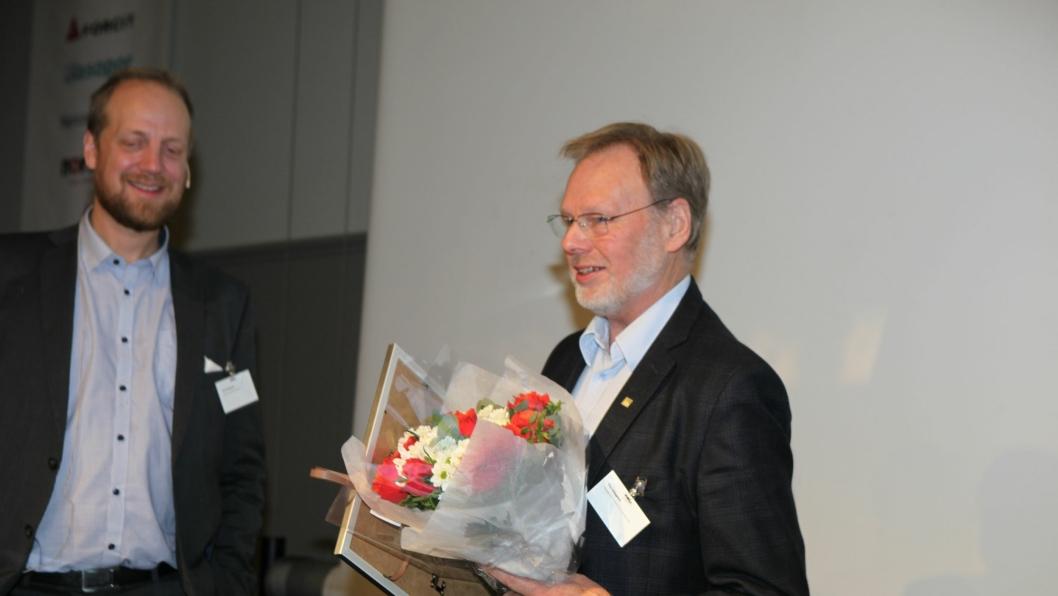 Thor Skjeggedal (t.h.) mottok hedersbevisningen av styreleder i NFF, Øyvind Engelstad.