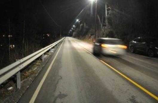 Fullt lys når bilen kjører forbi.