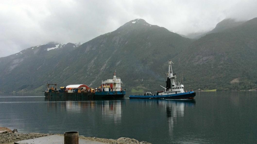Utstyr ble fraktet inn i Fjærlandsfjorden, en arm i Sognefjorden, med lekter for å redusere påvirkningen på det ytre miljøet i Lemminkäinens prosjekt.