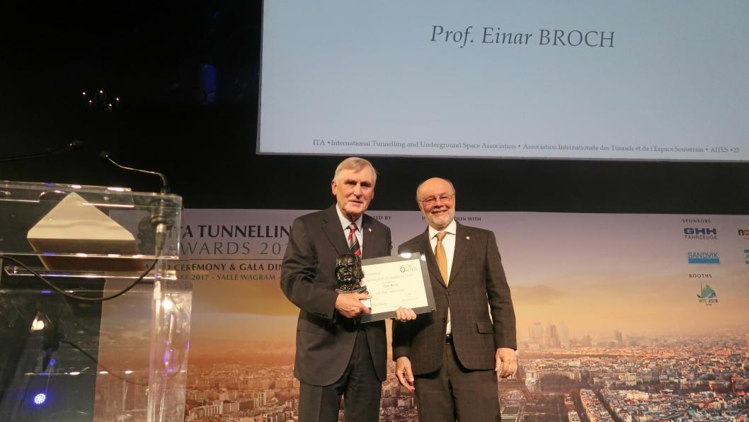 ITA-president Tarcisio Celestino (t.h) deler ut prisen «Life Time Achievement» til professor Einar Broch – som selv har vært ITA-president tidligere.