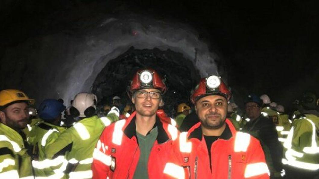 Erik Jensen(t.v.), og Ahmed Al-Samarray gleder seg til å bruke seismikk under drivingen av Rogfast. Her er de fotografert da det ble gjennomslag i Ryfylketunnelen - en av tre tunneler i Ryfast.