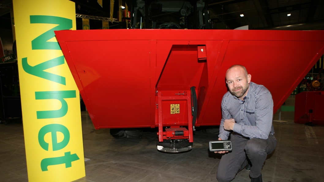 Daglig leder i Tokvam AS, Finn Kristian Tokvam, viste nyheten DSA 1600 serie 0 med innebygget Isobus-system på Felleskjøpets messe Bedre Landbruk i Lillestrøm i november. I hånden holder han styreenheten som benyttes på hjullastere (fordi disse ikke har innebygget Isobus-system).