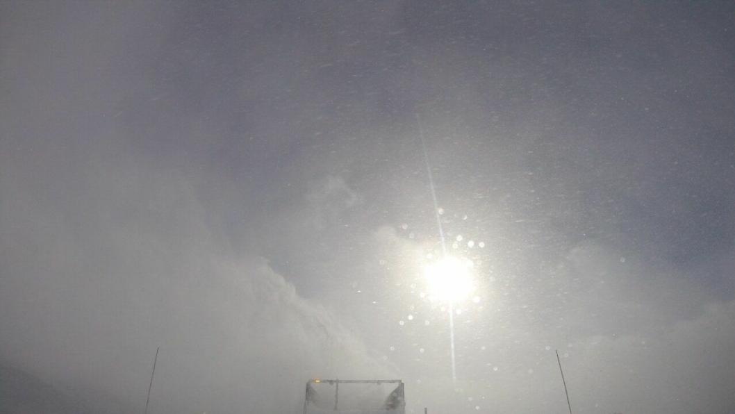 Utsikten fra en bil i brøytekolonne over Haukelifjell.
