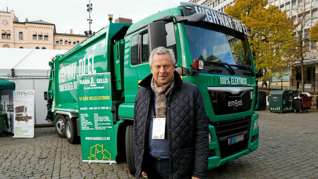 PÅ PLASS: Bjørn Hoen i Ragn-Sells med den nye elektriske renovasjonsbilen som nå tas i bruk i Oslo.