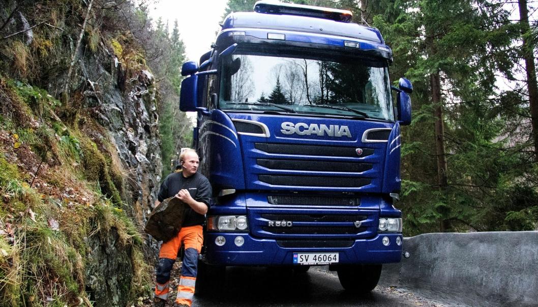 Tor Magnus Hauge må fjerne steiner for å komme helskinnet gjennom Kløvbrekko.